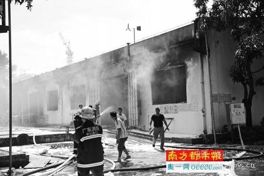 化工厂车间突发火灾 过火面积约450平方米