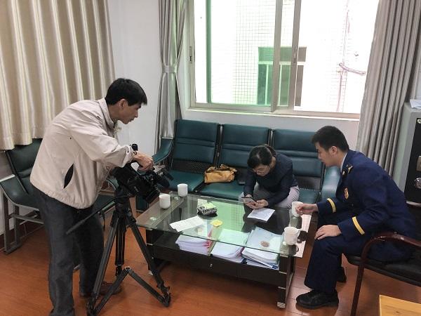 民生820节目对梅江一中队指战员近期收到爱心礼物采访